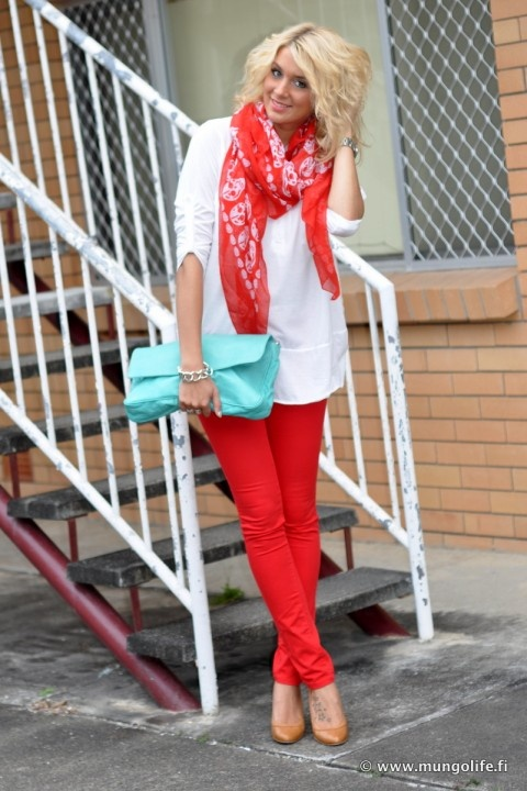 mungolife.fi - skeleton scarf, red skinnies, turquoise purse, oversized top
