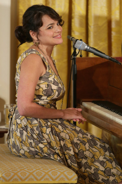 Norah Jones performs at The White House in Effie's Heart Dolce Vita Dress